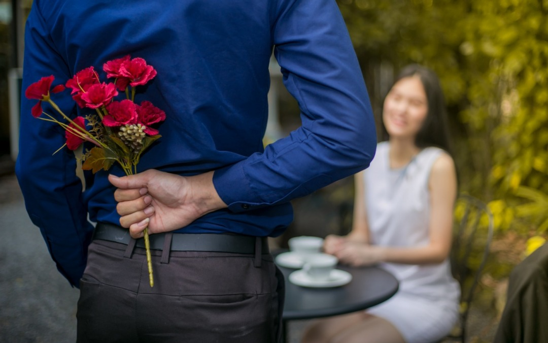 The 6 Dos and Don'ts of Giving Flowers to a Girl You Like*